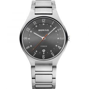 Bering - Titanium herreur i sølvfarvet børstet titanium, med mørkegråurskive. Urkasse: 39 mm. 11739-772.