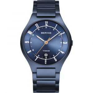 Bering - Titanium herreur medurkasse og lænke i mat blå titanium. Det har en blå urskive, med datovisning og ridsefast safirglas. Urkasse: 39 mm. 11739-797.