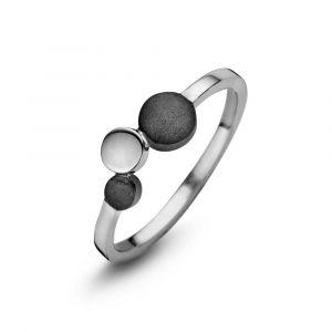 Spirit Icons - Steps ring i 2-farvet sølv. Ringen er designet med tre cirkler. En cirkeli sølv, og to med en matteret overfladei sort ruthineret sølv. 53351