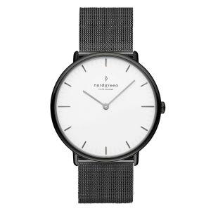 Nordgreen -Native ur i stål. Dette ur er fremstillet i et minimalistisk skandinavisk design, medGun metal urkasse, klassisk hvid skive og meshrem.