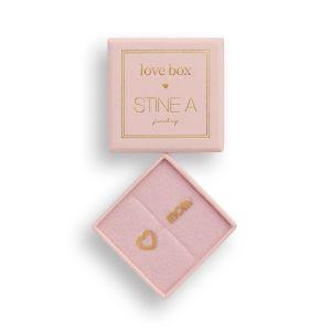"Stine A - Love Box med øreringe i forgyldt sølv. I æsken er fine ørestikker, den ene med teksten ""MOM/WOW"", den anden med et fint åbent hjerte. 7000-102."