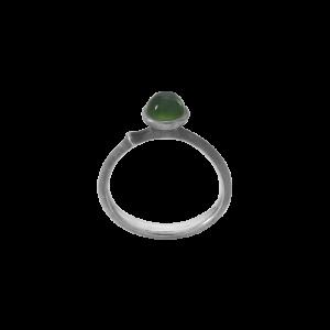 Ole Lynggaard - Lotus Tiny ring i sølv medserpentin. Ringens top er designet med en lille grøn rund serpentin. A2708-308.