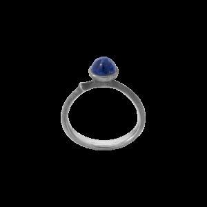 Ole Lynggaard - Lotus Tiny ring i sølv ring med lapis- Str. 0. Den fine ring er designet med en lille rundlapis lazuli. A2708-309.