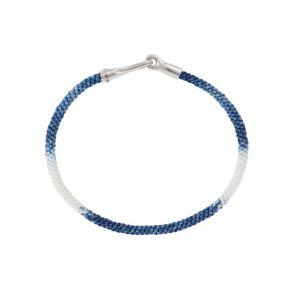 Ole Lynggaard - Life Blue Jeans armbånd, med håndknyttet reb i blå og hvid. Låsen er fremstillet i sølv, designet med en krog. Bredde: 3 mm. A3040-301