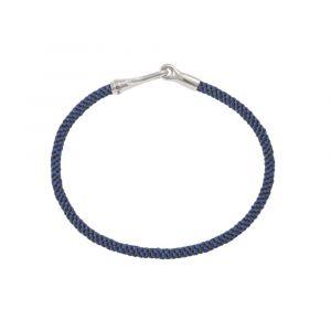 Ole Lynggaard - Life Midnight armbånd, med håndknyttet reb i blå og mørkeblå farve. Låsen er fremstillet i sølv, designet med en elegant krog. Bredde: 3 mm. A3040-306