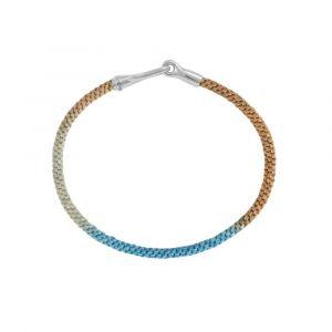 Ole Lynggaard - Life Cornflower armbånd med håndknyttet reb i turkisblå og sandfarve. Den fine lås er designet med en krog. Bredde: 3 mm.A3040-313