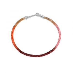 Ole Lynggaard - Life Berry armbånd. Det fine armbånd er designet med håndknyttet reb i varme bærfarver, samt lås med krog i sølv. Bredde: 3 mm. A3040-314