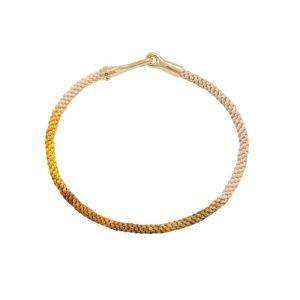 Ole Lynggaard - Life Golden Day armbånd med håndknyttet reb i sarte gule og orange farver.Låsen i 18 karat guld, er designet med en elegant krog. A3040-403