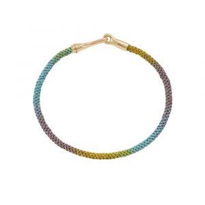 Ole Lynggaard - Life Rainbow armbåndmed håndknyttet reb i gul, grøn, blå og lilla. Låsen i 18 karat guld er designet som en elegant krog. Bredde: 3 mm. A3040-408