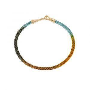 Ole Lynggaard - Life Indian Summer armbånd medlås i 18 karat guld. Det fine armbånd er lavetmedhåndknyttet reb i orange, grøn og lyseblå farve.A3040-409