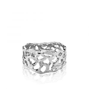Izabel Camille - Holly ring i rhodineret sølv. Det er en elegant bred ring, designet med et organisk mønster og en blank overflade.a4164sws.