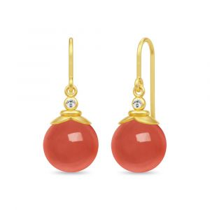 Julie Sandlau - Berry øreringe i forgyldt sølv. De er hver udsmykket med en rund rød agat, placeret under en lille klar zirkonia.24,6 x 10 mm. HKS670GDRACZ.