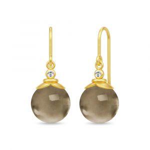 Julie Sandlau - Berry ørebøjle i forgyldt sølv. De elegante øreringe er udsmykketmed runde røgkvarts placeret under små zirkonia. 24,6 x 10 mm.HKS670GDSQCZ.