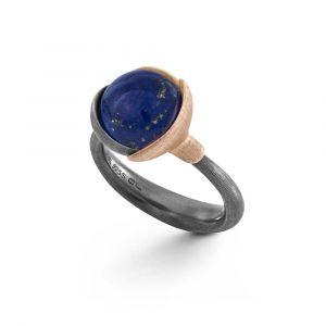 Ole Lynggaard - Lotus ring i oxyderet sølv, med småblade i sølv, 18 karat guld og 18 karat rosaguld, placeret omkring en rundlapis lazuli. A2651-329.