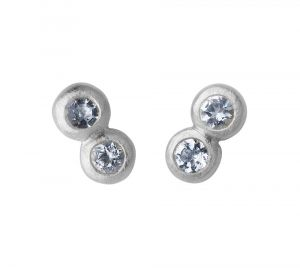 byBiehl - My Powers øreringe i sølv. De små fine ørestikker er hver designet som to sammensatte cirkler, udsmykket med akvamariner.Længde: 5 mm.4-4004aq-R.