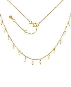 Hultquist - Leanna halskæde i forgyldt sølv med ferskvandsperler. Langs kæden er små fastevedhæng med hvide ferskvandsperler. S08071-G.