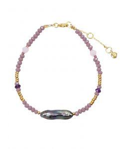 Hultquist - Purple Sia armbånd i forgyldt sølv. Det er et smalt armbånd udsmykket med perler i forgyldt sølv, ferskvandsperler og lilla farvede perler.S08127-G.