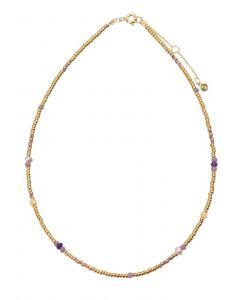 Hultquist - Dea halskæde i forgyldt sølv. Kæden er udsmykket med små perler i forgyldt sølv, samt enkelte ferskvandsperler og farvede perler. S08129-G.