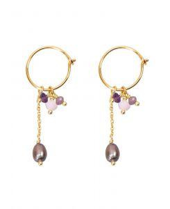 Hultquist - Dea øreringe i forgyldt sølv. De fine creoler har små vedhæng, udsmykket med ferskvandsperler og små lilla farvede perler.S08131-G.