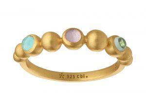 byBiehl - Pebbles Colors ring i forgyldt sølv. Ringens top er designet som en række af små kugler, hvoraf enkelte er udsmykket med farvede krystaller.5-3802m-GP.