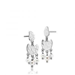 Sistie - Dream ørestikker i rhodineret sølv, designet med en smuk banket overflade. De små ferskvandsperler hænger på en fin halvmåne. z1025swswhite.