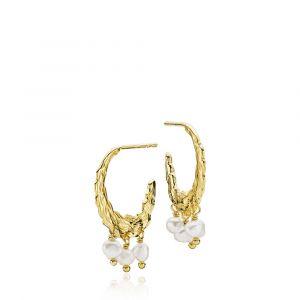 Sistie - Signe Kragh x Sistie creoler i forgyldt sølv. De elegante øreringe er designet med en rå overflade udsmykket med små hvide ferskvandsperler. z1113gs.