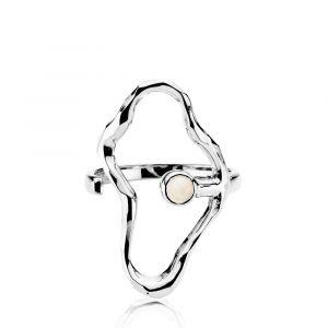 Sistie - Bentsen x Sistie ring i rhodineret sølv. Ringen er designet med en stor organisk åben form, udsmykket med en lille hvid agat. z4008swswhiteS.