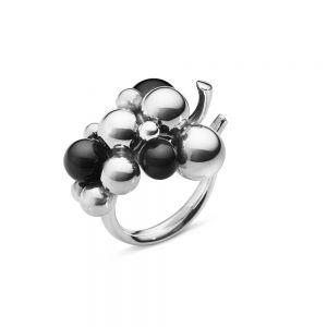 Georg Jensen - Moonlight Grapes Mellem ring i sølv. Ringen er designet med en vindrueklase i sølv og sort onyx. 2000009400.