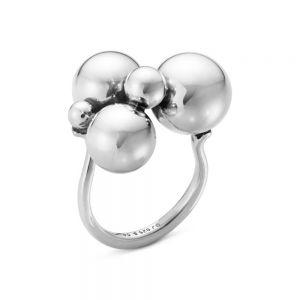 Georg Jensen - Moonlight Grapes stor ring i sølv. Ringens top er designet med den ikoniske vindrueklase. Bredde: 21 mm. 2000066000.