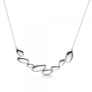 Mads Z - Pebble halskæde i sølv. Den er designet med et fast vedhæng, udformet som en række af små sten i forskellige størrelser. 2120080.