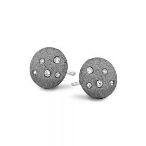 Spirit Icons - Stardust ørestikker i sort ruthineret sølv. De runde matte øreringe har små zirkonia der symboliserer stjernehimlen. 40673