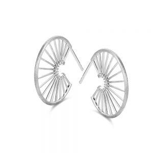 Spirit Icons - Aura Hoops ørestikker i matteret sølv med zirkonia. Øreringene er designet med et udskåret mønster, og små klare zirkonia. 41301