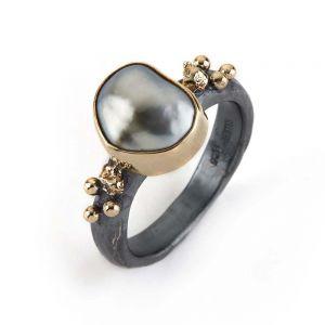 By Birdie - Urban Nobility Keshi ring i sølv med keshi perle. Ringen er fremstillet i925 sterling sølv, udsmykket med 14 karat guld og en keshi perle. 50110114.