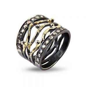 By Birdie - Benedict sølv ring med guld og diamanter. Den brede ring er belagt med18 karat guld, udsmykket med0,45ct rosenslebne diamanter. 50110200.