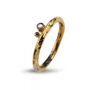 By Birdie - Savannah ring i sølv med 14kt guld og diamant. Det er en smal ring, med 14 karat guld og en smuk 0,04ct. rosensleben diamant. 50110279.