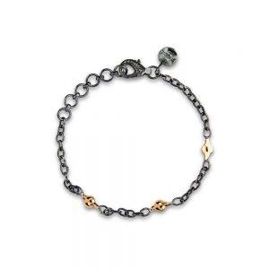 By Birdie - Windsorarmbånd i oxyderet925 sterling sølv. Langs kæden er 3 enkelte små blade, belagtmed 14 karat guld. Længden er justerbar. 50301240M.