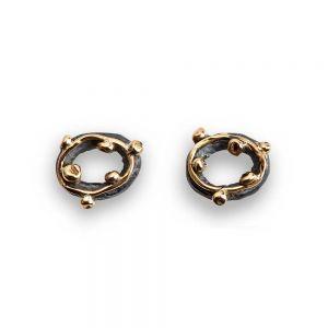By Birdie - Zeus small øreringe i sølv med guld. De runde ørestikker er designet med en fin tråd, og små kugler i 14 karatguld. 50811252.