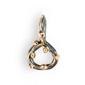 By Birdie - Zeus Small vedhæng i sølv og 14kt guld. Vedhængeter designet som en lille åben cirkel,med en fin trådog små kugler i 14 karatguld. 5090189.