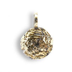 By Birdie - Mani Coin vedhæng i sølv med 18 karat guld. Det runde vedhæng har en rå unik overflade, belagt med 18 karat guld. Diameter: 16-17 mm. 5090195A.