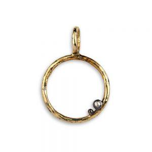 By Birdie - Savannah L vedhæng i sølv med 14kt guld med diamant. Det er et rundt vedhæng, designet som en åben cirkel med to små kugler i sølv. 5090228B.