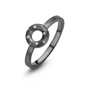 Spirit Icons - Taste ring i matteret sort ruthineret sølv. Ringens top er designet som en åben cirkel, med enkelte hvide zirkonia. 53283