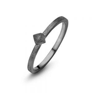 Spirit Icons - Block ring i sort ruthineret sølv. Ringen har en matteret overflade. På toppen er en lille firkant på 4 mm. 53323