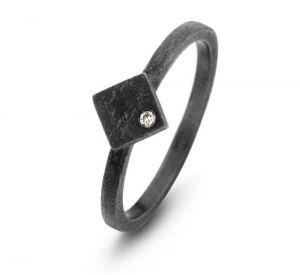 Spirit Icons - Ghetto ring i sort ruthineret sølv med diamant. Ringen er har en mat overflade. Toppen er designet som en firkant, med en 0,01ct diamant. 53343