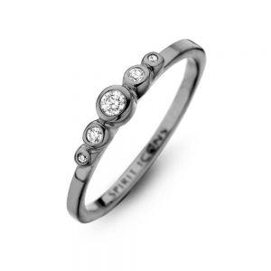 Spirit Icons - Temptation ring i sort blankpoleret ruthineret sølv. Langs toppen er 5 hvide zirkonia i forskellige størrelser. 53433