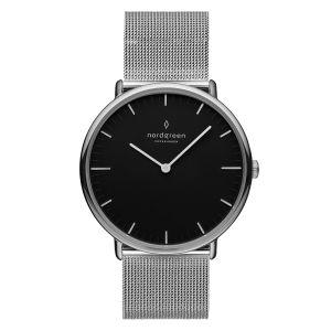 Nordgreen - Native ur istål med en klassisksort urskive og meshrem. Dette ur er fremstillet i et minimalistisk skandinavisk design af Jakob Wagner.