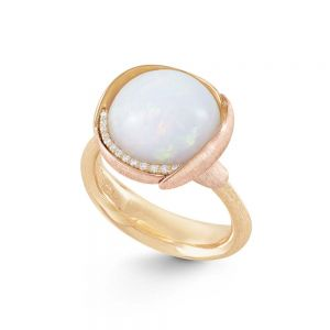 Ole Lynggaard - Lotus ring i 18 karat guld med en rund opal, omgivet af små blade i 18kt guld og 18kt rosaguld. Langs opalen er en række diamanter. A2652-428