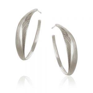 Dulong - Aura Hoop creoler i sølv. De elegante øreringe er fremstillet i et sofistikeret design, med en naturlig overflade. AUR1-F1150.