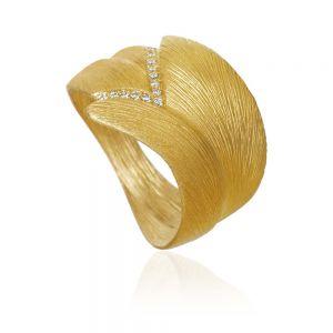 Dulong - Aura Stor ring i 18 karat guld, udsmykket med 13 brillanter. Den brede ring har en naturlig organisk form, med en silkemat tekstur. AUR3-A2070.