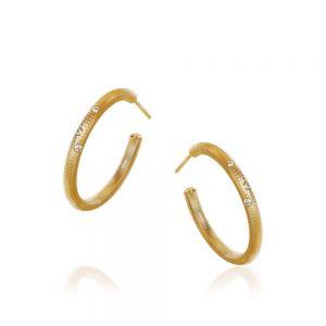 Dulong Esme ørestikker i 18 karat guld med diamanter, lille. De smukke creoler har en håndfilet overflade. ESM1-A2030