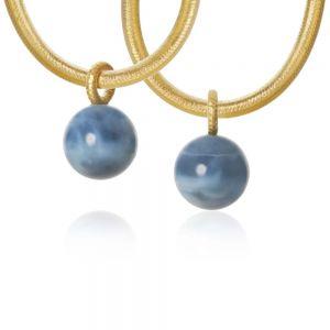 Dulong Globe vedhæng i 18 karat guld med blå opal